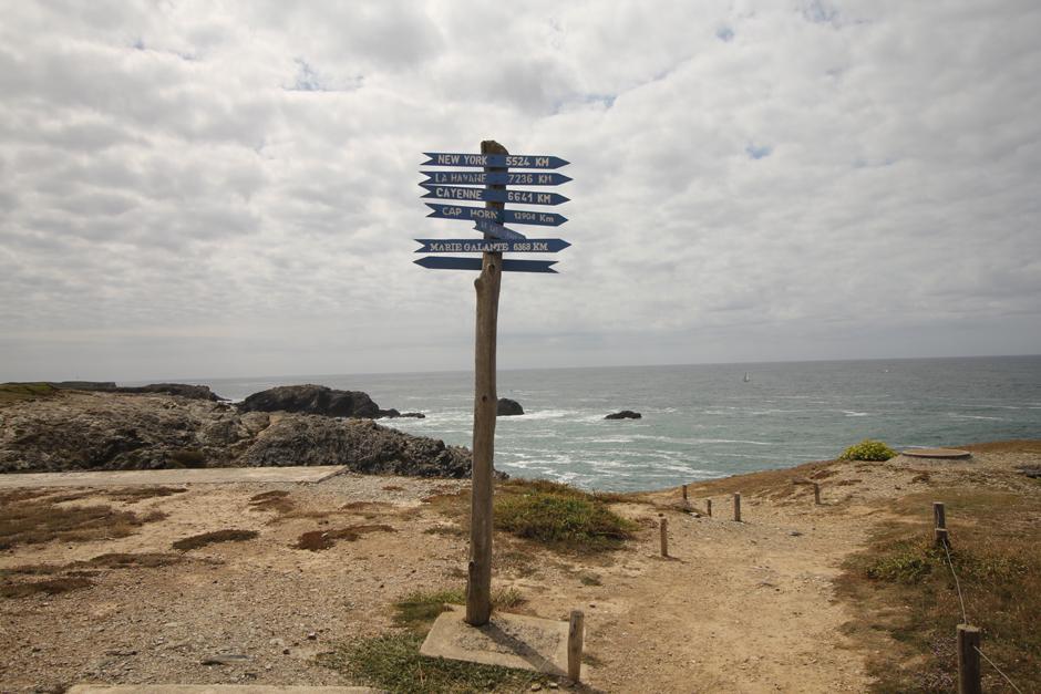 belle-ile-en-mer-bretagne-cotes-rochers-panneaux-de-direction-11