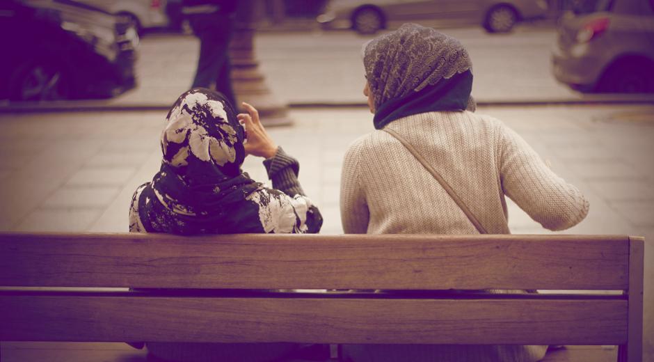 jeunes-filles-discutent-champs-elysees